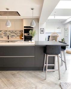 White Contemporary Kitchen, Modern Grey Kitchen, Gray And White Kitchen, Handleless Kitchen, Kitchen Worktop, Kitchen Flooring, New Kitchen Interior, Kitchen Room Design, Kitchen Ideas