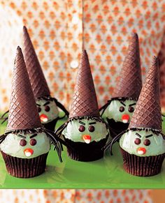 A casquinha de sorvete se transforma em chapéu no cupcake em formato de bruxinha
