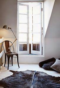 Un piso elegante y chic en clave industrial. Los negros y marrones son el hilo conductor de este piso elegante y muy sobrio.