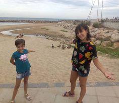 Et voilà! Les meves filles davant d'una bandada d'ànecs a la ratlla entre el Prat de Vilanova i Cubelles.  #platja #sol #natura #aigua #vilanova #Cubelles #mar #onades #instagood #photooftheday #filles #família #núvols #ànecs #bonic #sorra #amazing #beauty #beautiful #costa #divertit #fotodeldia #vng
