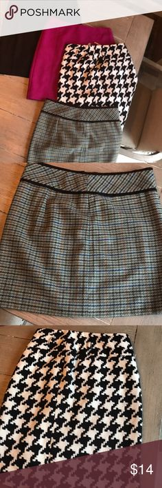 4 skirt bundle! Size 0 on the plaid, size 2 on houndstooth, 00 on brown & 0 on pink. They all fit the same, some stores size differently. Skirts