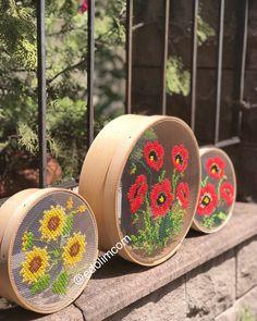 Instagram'a tekrar hoş geldin. Arkadaşlarının, ailenin ve tüm dünyadan ilgi alanların hakkındaki Sayfaların çekip paylaştığı fotoğrafları ve videoları görmek için kaydol. Embroidery Hoop Crafts, Crewel Embroidery, Cross Stitch Embroidery, Cross Stitch Designs, Cross Stitch Patterns, Hobbies And Crafts, Diy And Crafts, Thread Art, Ribbon Art