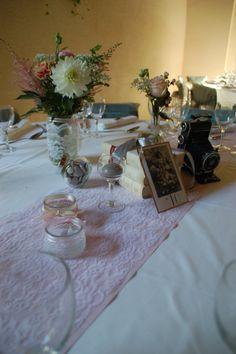 chemin de table dentelle sur un autre rose poudré. Le numéro de table est présenté, sur une carte postale ancienne, façon marque page.
