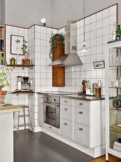 Cozinha branca estilo escandinavo com azulejos quadrados