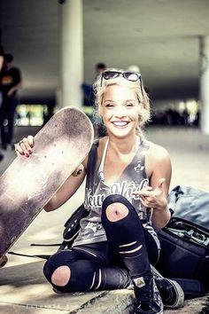 """Era em uma época aonde reinava o surf e a curtição total sobre uma prancha, mas como as coisas nunca davam certo aqueles mesmos surfistas pegaram as rodas de seus patins, e colocaran em """"shapes"""", para que assim pudessem surfar em terra firme."""