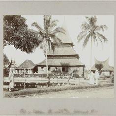 Moskee met visvijver in Kampong Taloek bij Fort de Kock, anonymous, c. 1895 - c. 1915 - Rijksmuseum
