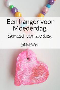 Een hanger voor Moederdag. Gemaakt van zoutdeeg. BMelloW.nl Mother And Father, Valentines Diy, Fathers Day Gifts, Kids Playing, Crafts For Kids, Blog, Creative, Children Play, School