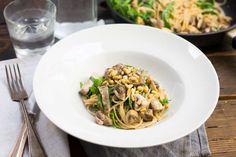 Recept voor romige spaghetti voor 4 personen. Met zout, olijfolie, peper, spaghetti (pasta), champignon, kruiden-roomkaas, witte wijn, paddenstoelenmix, rucola en pijnboompitten
