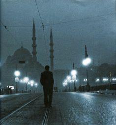 Orhan Pamuk : Istanbul (looks like it was taken by Ara Guler) Monochrome Photography, Artistic Photography, Turkey Country, Gta San Andreas, Paris Match, Hagia Sophia, Nostalgia, Night Photos, Famous Places