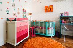 Uma decoração memorável! A mistura do Laranja com o azul, o rosa e o roxo casou muito bem! Uma das peças que mais gostei está na parede do berço, é a inicial do bebê iluminada.