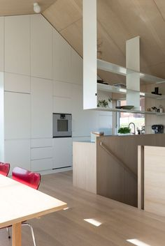Månedens hjem er et spesielt og interessant trehus Plywood Interior, Plywood Walls, Interior Walls, Best Interior, Interior Design, Suspended Shelves, Modern Cabinets, Open Shelving, Planer