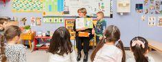 """In de Gentse Sint-Salvatorschool zetten ze met anderstalige voorleesmama's in op moedertalen. """"Thuistalen zijn geen taboe. Ze geven nieuwe leerlingen een goed gevoel"""", vertellen juf Marijke en juf Els."""