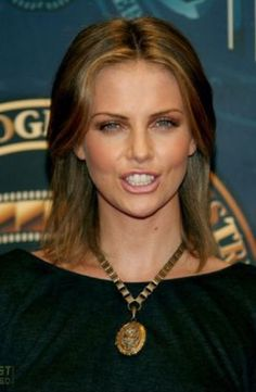 Charlize Theron Looks Totally Different with Baby Bangs - Celebrities Female Charlize Theron, Jackson Theron, Fake Bangs, Imperator Furiosa, Mighty Joe, Atomic Blonde, Sensual, Beautiful Actresses, American Actress