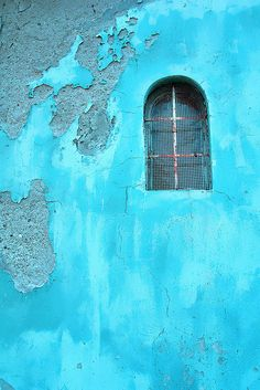 turquoise wall with window Tiffany Blue, Verde Tiffany, Vert Turquoise, Shades Of Turquoise, Shades Of Blue, 50 Shades, Foto Art, Blue Aesthetic, Ciel