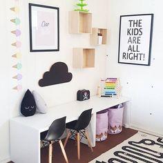Ist das nicht schön? Aus den einfachen Banktruhen von Ikea hat @ooxcamillaxoo tolle Schreibtische für kleine Menschen mit einer Knaller-Deko gemacht! 👌  Die Banktruhe gibt es hier: http://amzn.to/1XTfF2j (oder Link im Profil nutzen). #kleinefederinspo