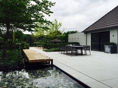 Moderne loungetuin met vijver door Groenseizoen gemaakt en getekend.