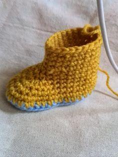 かぎ針編みのベビーブーツの編み方を写真を使ってわかりやすく説明しているページです。