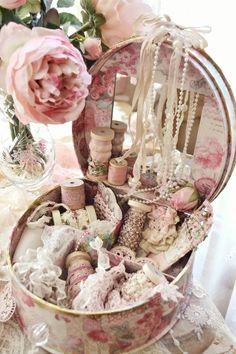 ❤(¯`★´¯)Shabby Chic .Hatbox for sewing notions. love the shabby chic aspect Rosa Shabby Chic, Shabby Chic Cottage, Vintage Shabby Chic, Shabby Chic Homes, Shabby Chic Style, Vintage Lace, Cottage Style, Vintage Jewelry, Manualidades Shabby Chic