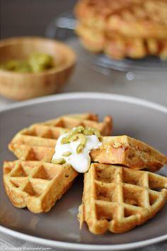 Griechische Waffeln mit Feta, getrockneten Tomaten und grünen Oliven. Sehr würzig und mit einem Salat dazu das perfekte Sommeressen.