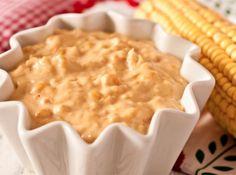 Receita de Creme de Milho Fácil - Bata o milho e o leite no liquidificador e reserve. Em uma panela, aqueça a manteiga, junte a cebola e refogue um pouco.