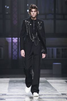 Sarah Burton presents fall 2016 men's wear designs for Alexander McQueen.