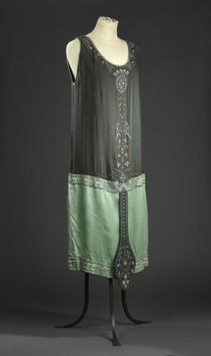 France - Evening dress by Callot soeurs - Silk crepe, satin, beads, metallic thread 1940s Fashion, Vintage Fashion, Vintage Dresses, Vintage Outfits, Flapper Style, 1920s Style, 1920s Outfits, French Fashion Designers, 1920s Dress