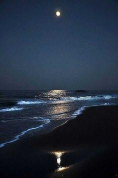 Beautiful Moon, Beautiful Beaches, Landscape Photography, Nature Photography, Beach At Night, Ocean At Night, Moon Pictures, Ocean Waves, Belle Photo
