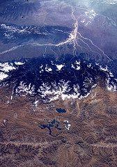 Water en land vanuit de ruimte