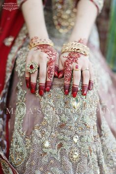 Ladies anklets an ideal strategy to bring your bijou collection to another rank. Pakistani Bridal Wear, Pakistani Wedding Dresses, Indian Bridal, Bridal Dresses, Anklet Tattoos, Mehndi Tattoo, Pakistan Wedding, Mehndi Style, Hand Mehndi
