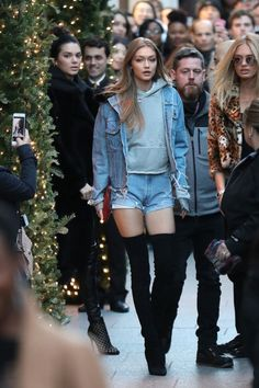 Gigi Hadid street style - Over-the-knee boots paired with all-denim for the daring. Model Street Style, Street Style Looks, Bella Hadid, Style Gigi Hadid, Kendall Jenner Gigi Hadid, Short En Jean, Hipster Outfits, Models Off Duty, Victoria Secret Fashion Show