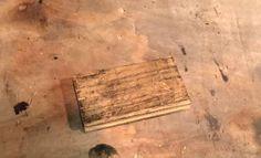 Conseils pour donner un effet vieilli à un meuble en bois sans utiliser de peinture ou de teinture. Tutoriel en vidéo.