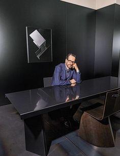 Konstantin Grcic Porträt am Tisch