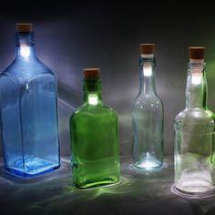Nästa gång du druckit upp en vinflaska – kasta inte bort den! Du kan göra en härlig flasklampa av den. Se bara på de här bilderna!