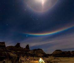 """夜空に広がる幻の虹!見ると願いが叶う""""ルナレインボー""""が美しすぎる Sky Moon, Stars And Moon, Beautiful Sky, Beautiful Lights, Sky Gazing, Iphone Wallpaper Glitter, Neon Rainbow, Earth From Space, Natural Phenomena"""