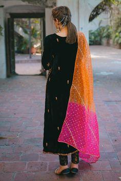 Black Pakistani Dress, Simple Pakistani Dresses, Pakistani Bridal Dresses, Pakistani Dress Design, Lengha Design, Shadi Dresses, Dress Indian Style, Indian Fashion Dresses, Indian Designer Outfits