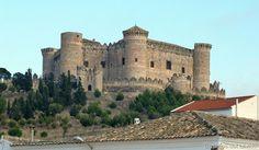 El castillo de Belmonte es una fortaleza que se eleva en el cerro de San Cristóbal, a las afueras de la villa de Belmonte, al suroeste de la provincia de Cuenca, comunidad autónoma de Castilla la Mancha, (España).  Mas información: http://castillosdelolvido.es/castillo-de-belmonte/