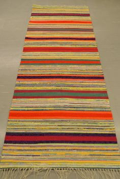 Väriterapia Rag Rugs, Tapestry Weaving, Recycled Fabric, Ottomans, Woven Rug, Scandinavian Style, Pattern Design, Weave, Recycling