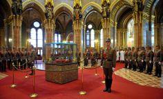 fotón: A Szent Korona, az országalma és a királyi jogar - A Kupolacsarnokban - Országház. Hungary