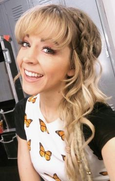 Lindsey Stirling Sings and Plays Violin in Her New 'Santa Baby' Cover Lindsey Stirling Outfits, Lindsey Stirling Hair, Best Violinist, Stevie Ray Vaughan, David Gilmour, Keith Richards, Grunge Hair, Pretty Girls, Sweet Girls