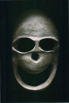 Quand La Mort vous sourit... / Masque funéraire. / Funerary mask. / 5000 - 3000 AV JC. / 5000 - 3000 BC. / St. Louis Art Museum, USA.