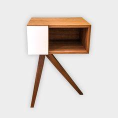 Beistelltisch Eiche   Beistelltisch, Nachtkästchen oder Garderobenablage.  Dieses Möbel ist aus Eiche Massivholz gefertigt. Der Korpus ist auf Gehrung geschnitten und verleimt.  Der Korpus steht elegant auf drei Füßen.  Die Oberfläche ist geölt.  Die Türe ist mit einem weißen Schichtstoff belegt.  Maße: b/h/t: 450/670/350mm.  Der Beistelltisch kann auf Wunsch auch in einer anderen Holzart oder Größe angefertigt werden.  Klaus Maier Schreinerei  Kundenbewertung