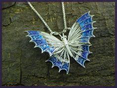 Ciondolo Farfalla in filigrana argento stile di GioielliOliveri Butterfly Pendant, Silver Filigree, Vintage Fashion, Chain, Pendants, How To Make, Etsy, Jewelry, Style