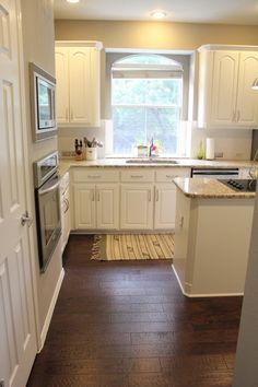 dark floors, white cabinets and backsplash, light colored counter tops = clean and fresh