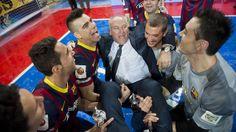 Carmona, manteado por sus jugadores. FOTO: V. SALGADO - FCB