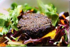 Ultimate Raw Vegan Mushroom Burgers -- uses portobello mushrooms, pumpkin seeds, some carrot and celery pulp. Raw Vegan Dinners, Raw Vegan Recipes, Vegan Dinner Recipes, Vegan Foods, Vegan Vegetarian, Whole Food Recipes, Vegetarian Recipes, Vegan Raw, Vegan Meals