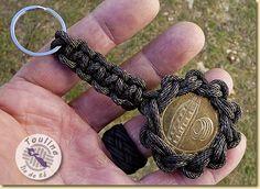 Porte clé nœud en étoile à onze branches et médaille de la Corderie Royale