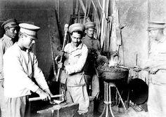Título:  Presos trabajando en una fundidora de metal, en la prisión de Santiago Tlaltelolco Tema:  FUNDIDORAS DE METAL Lugar de asunto:  México, D.F. Fecha de asunto:  915-920