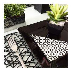 Detalhes da mesa de almoço!  #semanamesahits_efeitodominó #mesaposta #mesahits #lardocecasa #lardocemesa #bw #mood #decorhome #guardanapodepapelsempreconceito #tableware #tablesetting #tabledecor #oxfordporcelanas