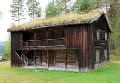 Stuebygning/loftsbygning i to etasjer delt i to rom og med 1 peis. Ei stue utgjør store deler av første etasje. Svalgang langs hele langsida, som er delvis lukket. Det er en inngang fra svalen nede, og to oppe.