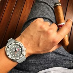 """Seiko-Sunday, relaxing with my Thailand only Zimbe Edition Seiko Prospex """"Turtle"""" (SRPA19K) and a fantastic La Gloria Cubana """"Revolution"""" Edición Regional Asia Pacifico from 2015 - making for a splendid afternoon here in sunny Singapore. Until the usual cooling rain sets in later... The Seiko Zimbe Editions for the Thai market come modified by Seiko, in this case sporting a Sapphire crystal, a satin finish on parts of the case and the original bracelet as well as with a cyclops fitted over…"""